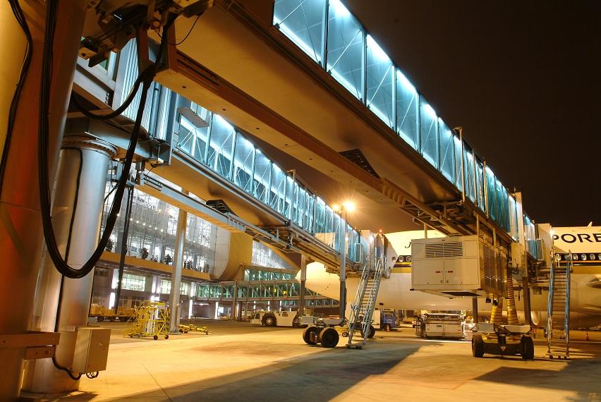 tkE_passenger_boarding_bridge_A380_Guangzhou_Airport_